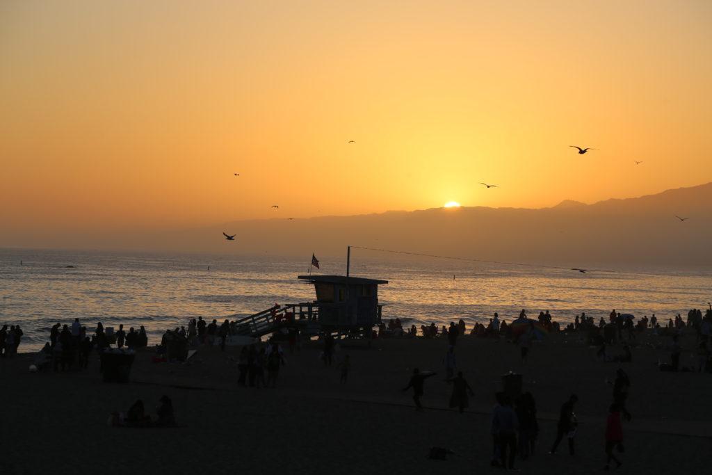 Vue du coucher de soleil sur Santa Monica beach